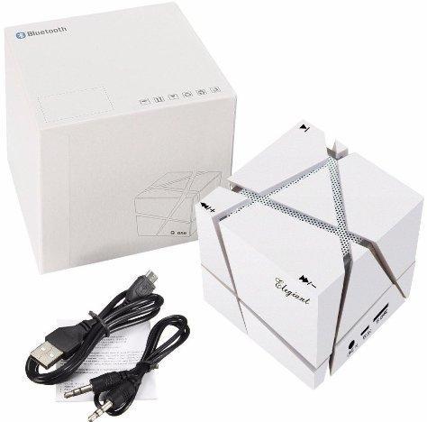 Комплектация этого устройства включает USB- и аудиокабель