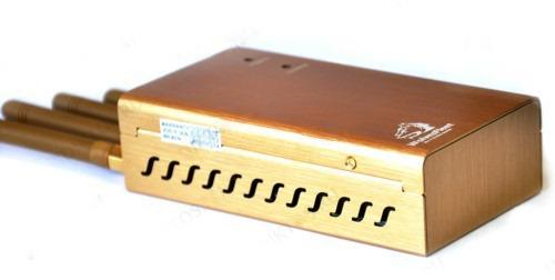 Помимо встроенного вентилятора для лучшего охлаждения начинки подавителя сотовых телефонов BugHunter BP-12D на корпусе прибора есть вентиляционные отверстия