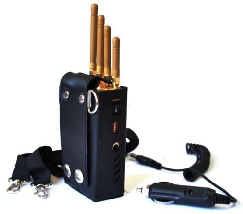 Переключатели и гнездо питания остаются доступными даже когда подавитель сотовых телефонов BugHunter BP-12D находится в чехле