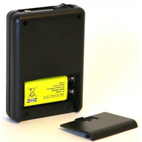 Отсек для батарейки питания находится на тыльной стороне устройства под крышкой