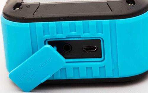 Аккумулятор колонки подзаряжается через разъем USB, защищенный специальной заглушкой