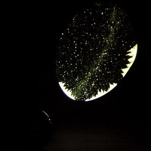 """Установив планетарий HomeStar """"Aurora Alaska"""" под нужным углом наклона, Вы сможете с удобством просматривать проекцию на стене, сидя или стоя"""