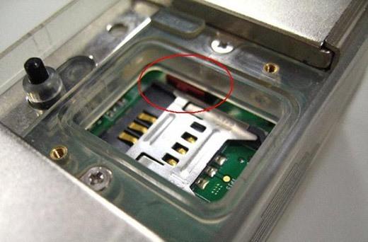 Под откручивающейся крышкой на корпусе устройства располагается удобный слот для установки SIM-карты со специальным держателем