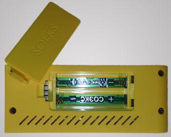Крышка батарейного отсека расположена на тыльнойстороне дозиметра Defender и открывается без использования инструмента