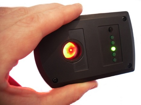 Посмотрите в глазок обнаружителя BugHunter Dvideo: яркая точка — это и есть скрытая камера